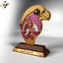 Tasse de trophée d'aigle en métal adaptée aux besoins du client bon marché professionnel avec la base en bois