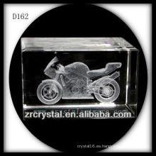 Cubo de cristal grabado 3D de la motocicleta del laser