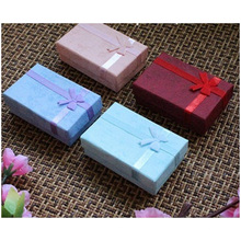 Caixa para joias de cor roxa, colar de cadeia longa e caixa de decoração