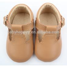El nuevo niño del estilo calza los zapatos de cuero del bebé para las muchachas
