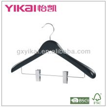 Cintre en bois noir avec larges épaules et clips métalliques