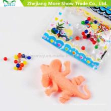 Sol en cristal de sept couleurs avec des jouets d'animaux en croissance dans la décoration de l'eau