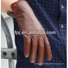 Italienische Männer kleidet braune Lederhandschuhe im Winter