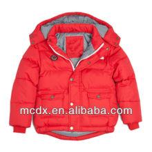 A nova moda tinha um chapéu na jaqueta vermelha para criança