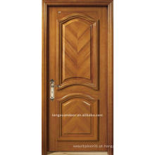 Porta de madeira maciça. Porta fechada. Porta de pintura de madeira