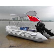 Kleines Rippen-Schlauchboot mit Konsole und Motor