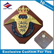 Escudo de pared de madera con trofeo de madera de corona