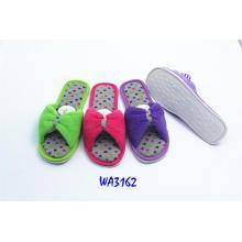 Las mujeres tensan atar zapatillas de interior abierta del dedo del pie