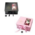 Caixa de joias com flores falsas e decoração vazia