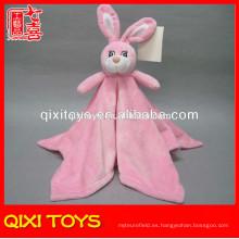 Manta de bebé de felpa rosada vendedora caliente con el juguete del conejito de peluche