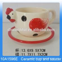 Único pollo en forma de taza de cerámica con platillo para la costumbre