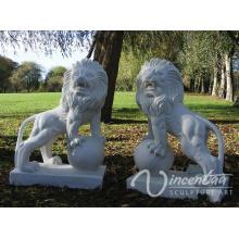 Steingarten-Kunst-Handwerks-weißer Marmorlöwe, der auf eine Ball-Statue für heißen Verkauf tritt