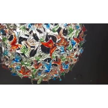 Индивидуальный подвесной светильник с кристаллами в выставочном зале