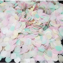Jet de couleur arc-en-ciel et confettis de table