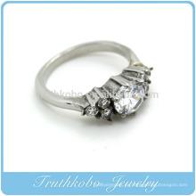 TKB-R0043 Este anillo de fundición de plata simple pero a la vez elegante viene con un escudo de piedras CZ blancas en un diseño para cualquier ocasión.