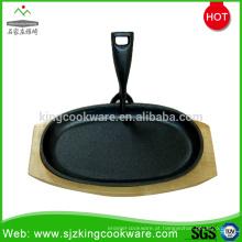 Rodada / Ovel bife de ferro fundido com base de madeira