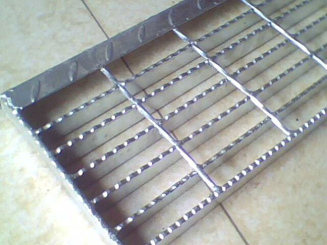 stair treads serrated surface