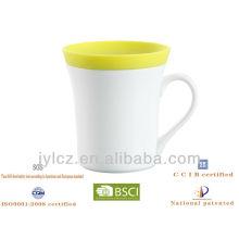 weiße leere Tassen angegriffen weißes Porzellan mit Silikonhülle