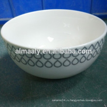 Высокая белая керамическая чаша с лапшой