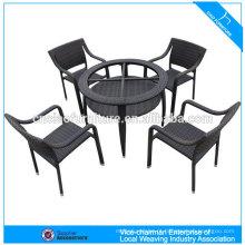 Mesas e cadeiras de café de vime