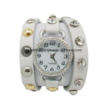 Envoltório de couro das senhoras em torno do relógio pulseira