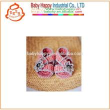 Chaussures de bébé à la main à la main en crochet à la main à chaud