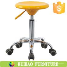 Пластиковый стул с подкладкой \ Круглый пластиковый стул \ Проводящий табурет