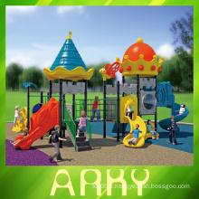 Les enfants en plein air 2014 jouissent d'une aire de jeux