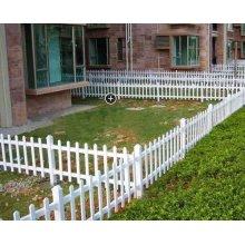 Poudre enduit jardin pelouse bordant la clôture