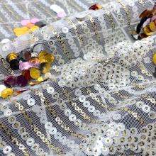Las lentejuelas elegantes del poliéster hicieron punto la tela de malla de la lentejuela del bordado de la malla para el vestido de boda nupcial