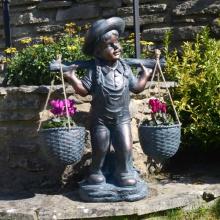 Bronzemädchen mit Korbstatue