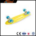 Fertigen Sie vier kleine Räder lange Skateboardplattform besonders an