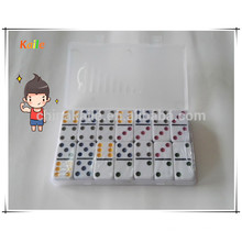 Kinder spielen farbige Punkt-Dominos für Großverkauf mit transparentem Fall
