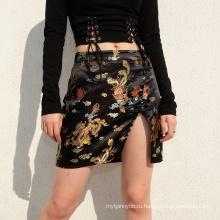 Модная мини-короткая атласная юбка с разрезом по бокам