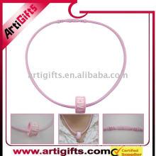 Collier de couleur rose en relief logo en silicone