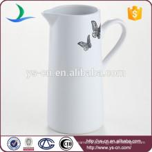 Jarro cerâmico branco bonito do leite da chegada nova com os decalques da borboleta para a venda