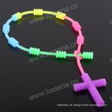 Cor arco-íris rosário cordão pulseira / 6 milímetros multicoloridos plástico borracha grânulo religioso