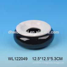 Белая и черная керамическая пепельница