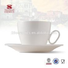 Различные типы красивые керамические чашки кофе костюм