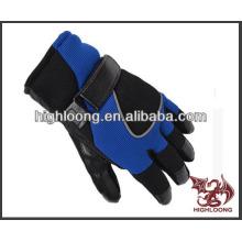 Человек удобные дешевые лыжные перчатки