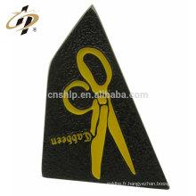 En gros pas cher personnalisé placage de nickel noir ciseaux forme badge épinglette magnétique