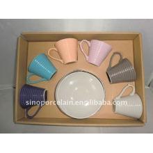 Taza de cerámica vidriada de color y platillo