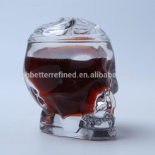 Caneca de vidro em forma de cabeça de caveira