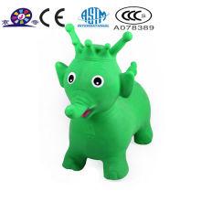 Верховая езда на надувной игрушке слона животных