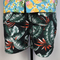 Shorts de playa con estampado floral frente al mar