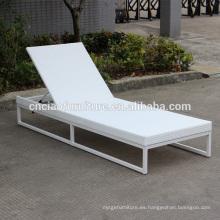 Nuevo diseño de marco de aluminio ajustable y tumbona de ratán blanco con cojín