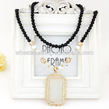Collier en forme de chandail à oreilles chat avec des perles noires