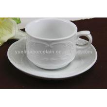 Copos de chá e pires em porcelana