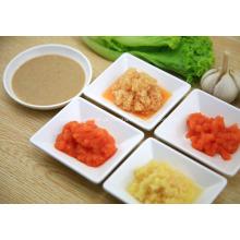 Vegetais molho para salada fria e vestidos com molho no horário de verão