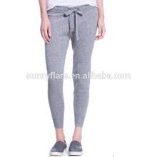 En gros élégant pantalon gris en cachemire de couleur